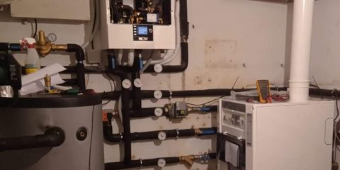 Sala técnica con caldera de gasóleo Wolf hibridada con aerotermia Wolf
