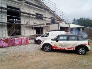 Flota de vehículos de Ingerosolar en obra nueva