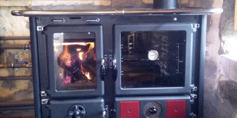 Cocina de leña Nordika Extraflame Termorosa conectada a radiadores instalada por Ingeosolar